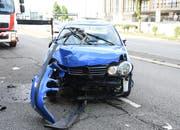 Das Auto ist nach dem Unfall stark beschädigt. (Bild: Luzerner Polizei, Emmenbrücke, 3. Juli 2018)