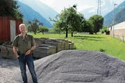 Kurt Strehler, Fachbereichsleiter des Asyl- und Flüchtlingsdienstes Uri, auf der Parzelle an der Reussmattstrasse, wo Asylsuchende ihre eigenen Gärten bewirtschaften sollen. (Bild: Carmen Epp (Erstfeld, 19. Juni 2018))
