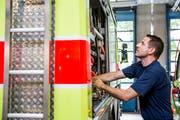 Jeder Handgriff ist einstudiert, denn oft muss es schnell gehen: Der in Rans wohnhafte Michael Derungs arbeitet bei Schutz&Rettung Zürich. (Bild: Mareycke Frehner)