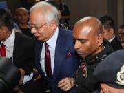 Malaysias kürzlich abgewählter Regierungschef Najib Razak (links) ist am Mittwoch wegen eines Milliardenskandals vor Gericht erschienen. (Bild: KEYSTONE/EPA/FAZRY ISMAIL)