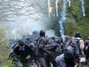 In der westfranzösischen Stadt Nantes ist es in der Nacht auf Mittwoch - wie bereits im April dieses Jahres - zu Auseinandersetzungen zwischen Sicherheitskräften und Jugendlichen gekommen. (Bild: KEYSTONE/EPA/THIBAULT VANDERMERSCH)