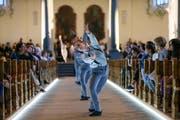Weite erfahren: Dafür verteilt «Peregrinatio» die Zuschauer grosszügig im Raum der Kathedrale.(Bild: Keystone/Eddy Risch)