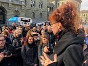 Autorin Sibylle Berg vom Referendumskomitee spricht an der Auftaktveranstaltung zum Referendum im April (Archivbild). (Bild: KEYSTONE/ADRIAN REUSSER)
