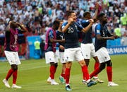 Die Spieler Frankreichs, im Vordergrund Florian Thauvin, jubeln nach dem gewonnenen Match gegen Argentinien. (Bild: Felipe Trueba / EPA (Kazan, 30. Juni 2018))