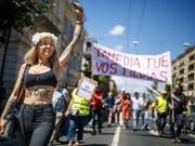 «Tamedia tötet eure Medien»: Die Westschweizer Journalisten der Tamedia-Titel demonstrieren in Lausanne gegen die Schliessung der gedruckten Ausgabe von «Le Matin». (Bild: Keystone/VALENTIN FLAURAUD)