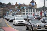 Autos auf der Seebrücke Luzern. Auf dieser ereignete sich der vermeintlich folgenschwere Unfall vor 18 Jahren. (Bild: Corinne Glanzmann, 21. August 2017)