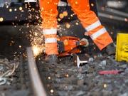 Nach der Entgleisung bei Eglisau ZH bleibt die Bahnstrecke nach Bülach für die Bergung des Güterzugs und Reparaturen während mehrerer Stunden unterbrochen. (Bild: KEYSTONE/URS FLUEELER)