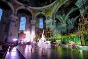 Als seien die Engel über den Altarbildern in der nächtlichen Kathedrale zum Leben erwacht und reckten und streckten sich nun anmutig. (Bild: Keystone/Eddy Risch)