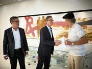 Erik Müller und Michael Iten (von links) nehmen die Petition von Klaus Bilang entgegen. (Bild: Jakob Ineichen (Oberägeri, 5. Juli 2018))