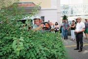 Manuel von Rotz zeigt den Besuchern der Diplomfeier, wie er eine Hecke schneidet. (Bild: Marion Wannemacher (Sarnen, 3. Juli 2018))