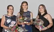 Mit einem Notendurchschnitt von 5,4 waren sie die Besten ihres Schuljahrgangs am Berufs- und Weiterbildungszentrum Rorschach-Rheintal: Nadine Herzog, Staad, Leonie Mennel, Diepoldsau, und Shqipdona Cenej, Rebstein (von links). (Bild: Ulrike Huber)