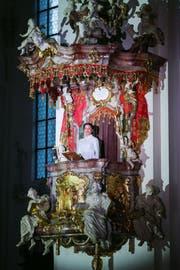 Die Sopranistin Sheida Damghani singt auf der Kanzel. (Bild: Keystone/Eddy Risch)