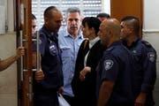 Gonen Segev wird von Polizisten aus einem Jerusalemer Gericht geführt. (Ronen Zvulun/AP, 5. Juli 2018)