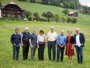Die Landesregierung und Bundeskanzler Walter Thurnherr posieren am Donnerstag auf einer Wiese bei Charmey für die Fotografen. (Bild: KEYSTONE/PETER KLAUNZER)