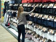 Kleider und Schuhe sind im Juni billiger geworden (Bild: KEYSTONE/GAETAN BALLY)