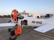 Fabio Zgraggen mit seinem Team und dem Kleinflugzeug. (Bild: Sarah Serafini)