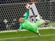 Für diese Parade im Penaltyschiessen gegen Kolumbien half England Goalie Jordan Pickford der Trick mit der Wasserflasche (Bild: KEYSTONE/AP/ANTONIO CALANNI)