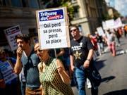 Mitarbeitende von Tamedia bei ihrer Kundgebung am Mittwoch in Lausanne. (Bild: Keystone/VALENTIN FLAURAUD)