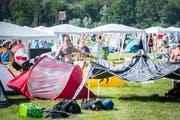 Erste Besucher stellen kurz nach dem Einlass am Mittwochnachmittag ihre Zelte auf. (Bild: Andrea Stalder)
