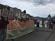 Unter dem Motto «Ich bin auch ein Mensch» zog der Demonstrationszug in Luzern über die Reussbrücke. (Bild: David Kunz)