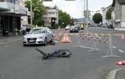 Die beiden Unfallfahrzeuge auf der Luzernerstrasse, die während drei Stunden nur beschränkt befahrbar war. (Bild: Luzerner Polizei (Ebikon, 4. Juli 2018))