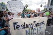 Demonstranten in der Altstadt von Luzern. (Bild: Urs Flüeler/Keystone (5. Juli 2018))