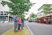 SP-Mitglied Walo Abegglen, Ortsparteipräsident Cyrill Huber und Gemeinderat Markus Brüllmann posieren am Boulevard. (Bild: Viviane Vogel)