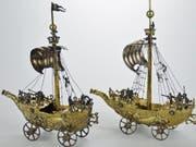 Die beiden silbernen Segelschiffe, die aus NS-Raubkunst stammen, wurden für knapp 300'000 Franken versteigert. (Bild: Historisches und Völkerkundemuseum St. Gallen)