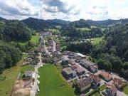 Vorne das Dorf Fischingen, im Hintergrund das Benediktinerkloster, rundherum hügelige Landschaft. (Bild: Olaf Kühne)