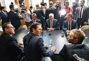 Österreichs (vorne, von rechts) Vizekanzler Heinz Christian Strache (FPÖ), Bundeskanzler Sebastian Kurz (ÖVP) und Innenminister Herbert Kickl (FPÖ) empfangen den deutschen Innenminister Horst Seehofer (hinten Mitte) in Wien. (Bild: Hans Punz/APA (5. Juli 2018))