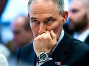 Nimmt nach mehreren Skandalen den Hut: der Chef der US-Umweltbehörde EPA, Scott Pruitt. (Bild: KEYSTONE/EPA/JIM LO SCALZO)