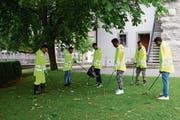 Das Projekt zeigt Erfolg: Die Asylsuchenden haben am Dienstag auf ihren Touren zehn Kehrichtsäcke voll Abfall eingesammelt. (Bild: Alessia Pagani)