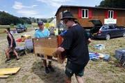 Kantonssommerlager der Jungwacht und Blauring Kasola im Suhrental. Im Bild von links Marialena Schmid und Karin Widmer bei Aufbauarbeiten im Lager. Bild: Werner Schelbert (4. Juli 2018)