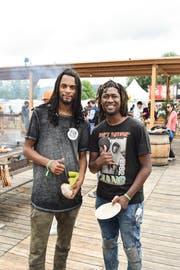 Diese beiden Open-Air-Besucher sind von der Grillstelle überzeugt. (Bild: Samuel Koch)