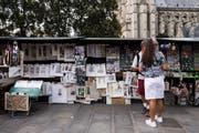 Bouquinist am Seineufer, im Hintergrund Notre Dame.Bild: (Bild: Etienne Laurent/EPA)