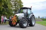 Die frischgebackenen Landwirte fuhren mit geschmückten Traktoren vor. (Bild: Jessica Nigg)