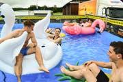 Eine Gruppe aus Süddeutschland sucht Abkühlung im Pool, aufblasbarer Flamingo und Schwan inklusive. (Bild: Samuel Koch)