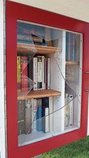 Die zerstörte Scheibe des Bücherhäuschens im Birkenwäldli. (Bild: PD)