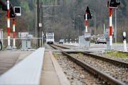 Die Frauenfeld-Wil-Bahn fährt in Lüdem ein. Das Bundesamt für Verkehr ortet Verbesserungspotenzial bei den Haltestellen (Bild: Donato Caspari, 24. März 2017)