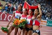Die 4x100m-Staffel mit Sarah Atcho, Ajla del Ponte, Mujinga Kambundji und Salome Kora (von links) feiern ihren Sieg am Diamond League Meeting in Lausanne (Bild: Valentin Flauraud/Keystone (5. Juli 2018))