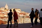 Touristen geniessen die Aussicht auf Lissabon. (Bild: Alessandro Della Bella/KEYSTONE)