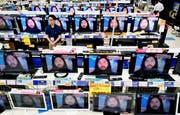 Fernsehbildschirme zeigen ein Bild des Sektenführers Shoko Asahara. Bild: AP (Urayasu, 6. Juli 2018)