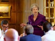 Das britische Kabinett um Premierministerin Theresa May einigt sich auf eine gemeinsame Brexit-Strategie. (Bild: KEYSTONE/EPA 10 DOWNING STREET (MOD)/JOEL ROUSE / 10 DOWNING STR)