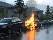 Das Auto brennt lichterloh. (Bild: Luzerner Polizei (Luzern, 5. Juli 2018))