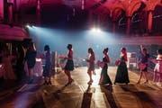 Die Maturandinnen und Maturanden nehmen in der voll besetzten Tonhalle ihr Diplom entgegen. (Bild: Michel Canonica)