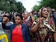 Sie zeigen die Faust: Rund tausend Frauen und Männer protestieren am Donnerstag in Nantes (F) gegen Polizeigewalt. (Bild: KEYSTONE/AP/MICHEL EULER)