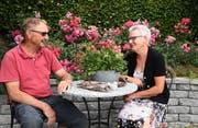 Bernhard und Vreni Bühler in ihrem preisgekrönten Rosengarten in Hauptwil. (Bild: Yvonne Aldrovandi-Schläpfer)