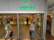 Der deutsche Warenhausriese Kaufhof könnte sich mit Konkurrenten Karstadt zusammenschliessen. Ihre Eigentümer befinden sich in Gesprächen über eine Fusion. (Bild: KEYSTONE/AP/MARTIN MEISSNER)