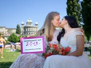 Gleichgeschlechtliche Brautpaare protestierten letzten Sonntag dagegen, dass es mit der «Ehe für alle» so langsam vorwärts geht. Die Rechtskommission des Nationalrates hat nun erste Entscheide gefällt. (Bild: KEYSTONE/ANTHONY ANEX)