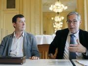 Stephan Märki - hier 2015 neben dem mittlerweile verstorbenen Berner Stadtpräsidenten Alexander Tschäppät - gibt sein Amt als Intendant von Konzert Theater Bern (KTB) ab. (Bild: Keystone/PETER KLAUNZER)